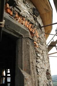 Veža - múr, okenný otvor, podľad strechy