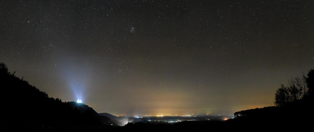 Nočná obloha a hrad Slanec