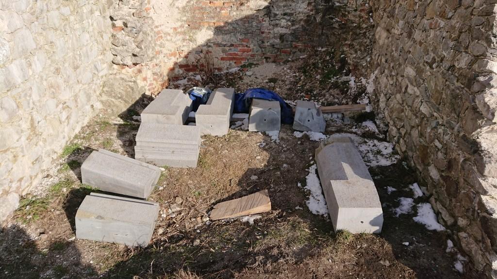 Kamenné prvky čakajúce na osadenie